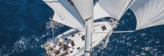 Segelyacht unter Segel mit Crew