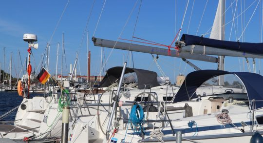 Die Segelyachten warten in der Marina auf die Angler