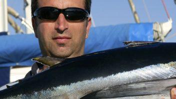 Petri heil, Petri dank - was für ein Fang - Angler zeigt stolz seinen gefangenen Fisch