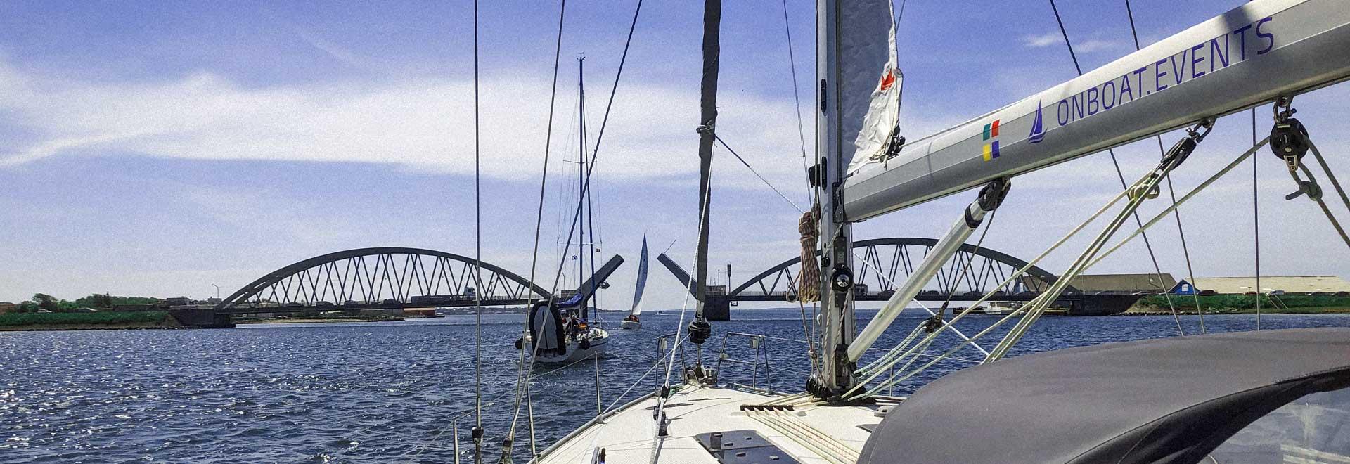 Skandinavischer Mittsommer auf See mit Sgelyacht im Hintergrund
