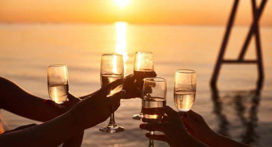 Sektempfang mit Sonnenuntergang Panorama an Bord der Segelyacht