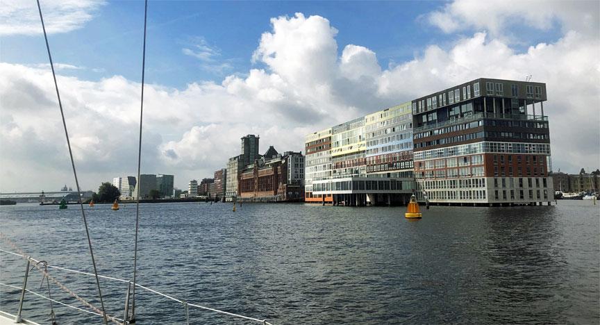 Amsterdam mit der Segelyacht BENNO im Nordzeekanal mit Blick auf die Stadt