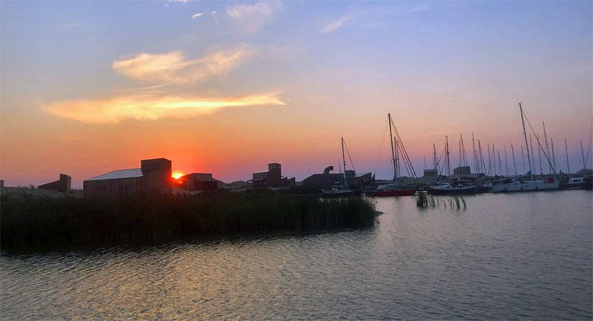 Marker Wadden - Sonneuntergang im Hafen erleben